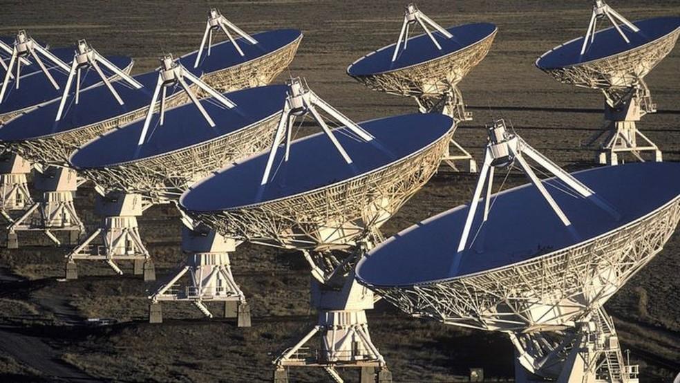 Antenas móveis, conhecidas como Very Large Array (VLA), recebem sinais de rádio, alguns extremamente fracos, de todo o cosmos — Foto: Getty Images via BBC