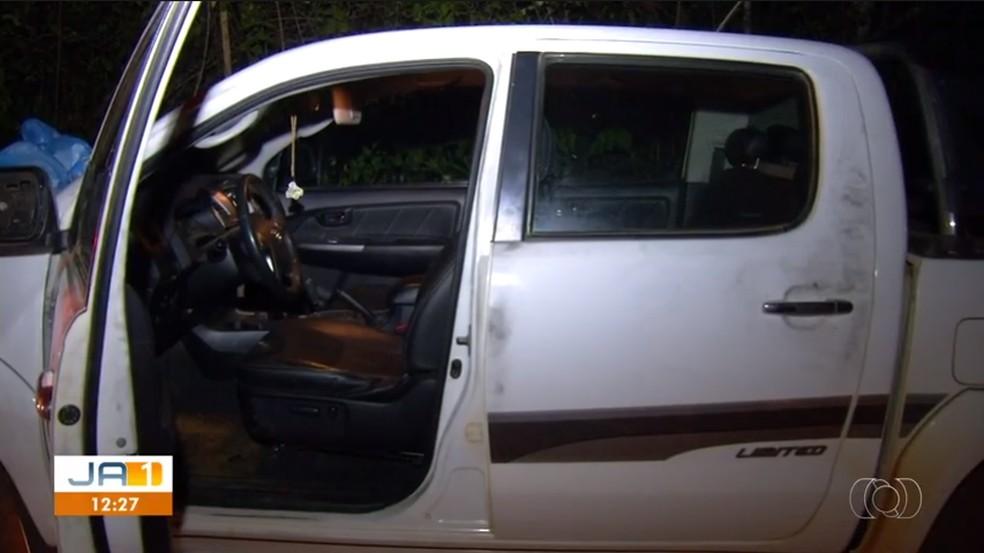 Carro do prefeito foi encontrado em uma estrada de chão (Foto: Reprodução/TV Anhanguera)