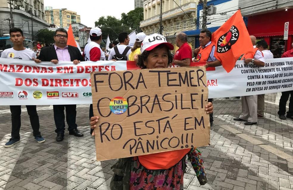 Centrais sindicais fizeram protesto pelo Centro de Manaus (Foto: Patrick Marques/G1 AM)