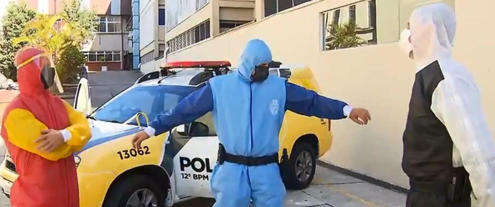 Segundo a instituição, os uniformes das forças de segurança foram feitos a pedido da PM do Paraná — Foto: Gil Bermudes/RPC