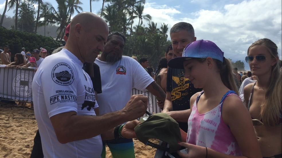 Torcedores de diversas gerações aguardaram para ter o seu momento com Kelly Slater no Havaí (Foto: Carol Fontes)