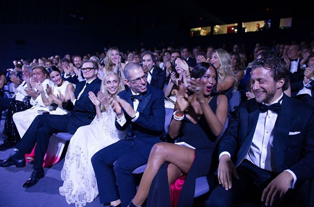 Francesco Carrozzini (far right) receives thunderous applause from the audience after the screening of his film. Joining him in the front row (from right), Naomi Campbell, Jonathan Newhouse, Franca Sozzani, Colin Firth, Livia Firth, Valentino Garavani and Giancarlo Giammetti (Foto: Divulgação)