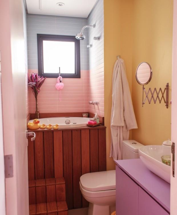 No banheiro, dois tons de azulejos da Portobello revestem as paredes em torno do ofurô da Ouro Fino. Louças e metais da Deca  (Foto: Julia Rodrigues / Editora Globo)