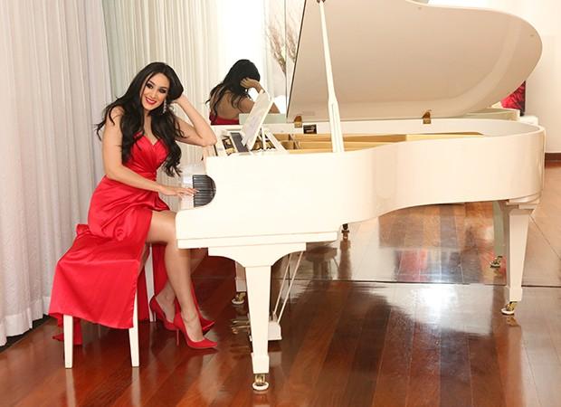 Marina Elali em seu piano branco (Foto: Reginaldo Teixeira / Ed. Globo)