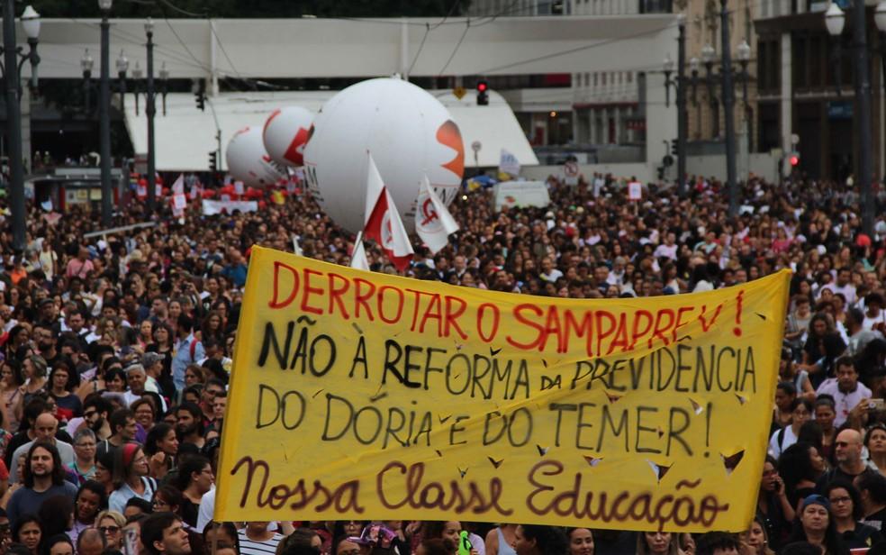 Protesto de professores em São Paulo (SP), esta quinta-feira (08). Concentração em frente à sede da Prefeitura. (Foto: Henrique Barreto/Futura Press/Estadão Conteúdo)