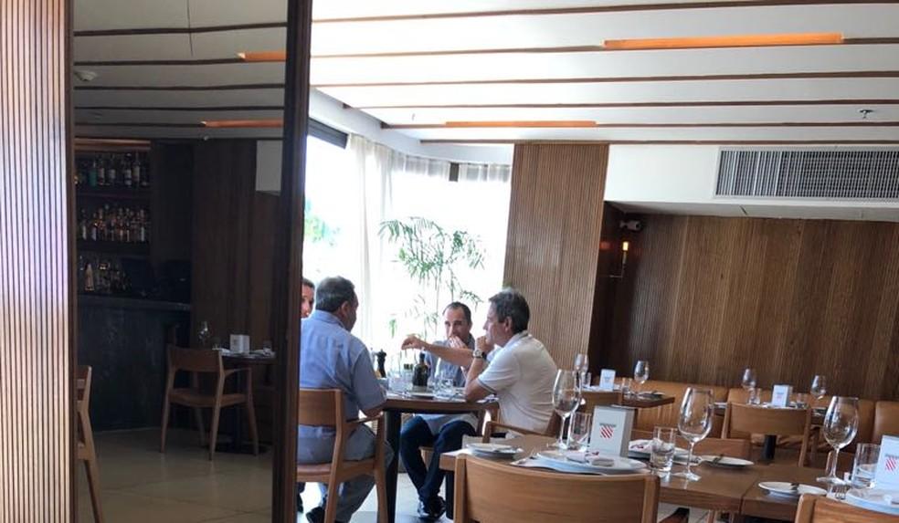 Rodrigo Caetano  e Fred Luz em um almoço com Carpegiani, em novembro  (Foto: Reprodução)