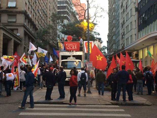Tarde de mobilizações terminou com ato na Esquina Democrática de Porto Alegre (Foto: Fábio Almeida/RBS TV)
