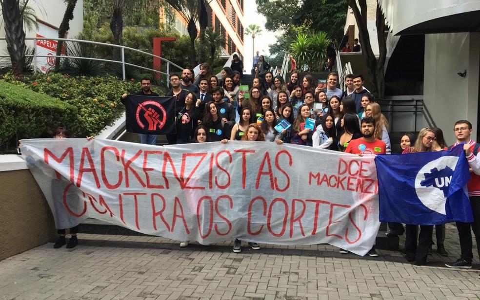 Alunos do Mackenzie protestam no campus — Foto: G1