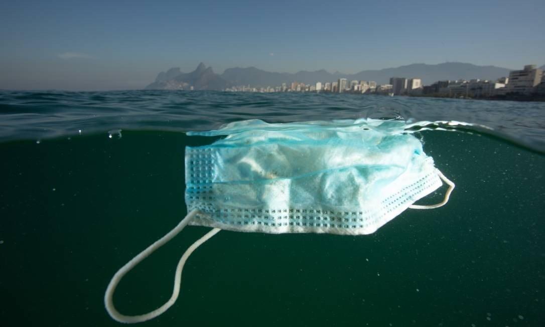 Máscara de proteção boiando na orla do Rio de Janeiro (Foto: Ricardo Gomes / Instituto Mar Urbano)