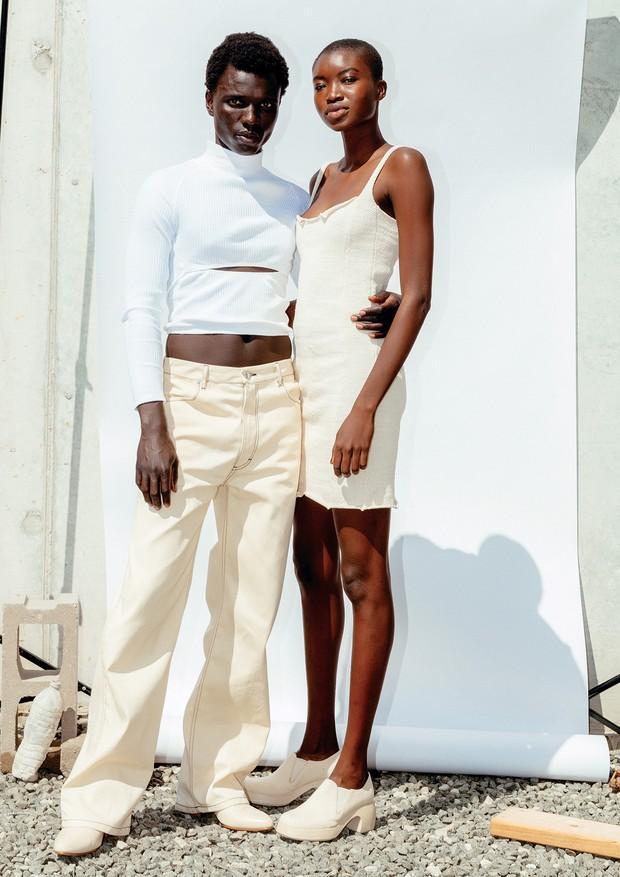 Os modelos George Okeny e Maryse K. vestem o verão 2018 da Eckhaus Latta, desfilado na semana de moda de Nova York (Foto: Thomas Mccarty e divulgação)