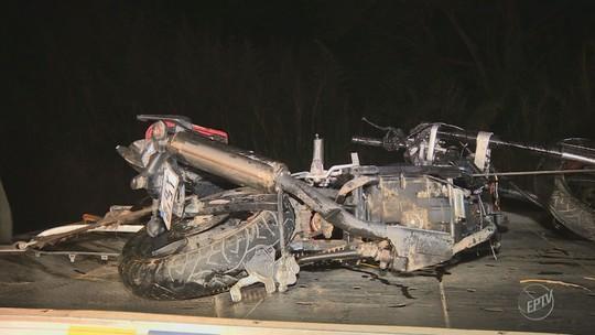 Caminhão invade faixa contrária, bate em um carro e duas motos e mata três pessoas em Amparo
