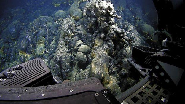 Ao esfriar, a lava assume formas que parecem acolchoadas, como almofadas (Foto: BILL CHADWICK/NOAA/BBC)