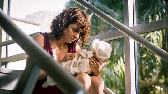Renata Gaspar comenta experiência de amamentar em cena de 'Pais de Primeira': 'Foi desesperador'