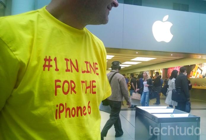 iPhone 6 atrai não só consumidores, mas pessoas interessadas em fechar negócio na fila (Foto: Elson de Souza/TechTudo)