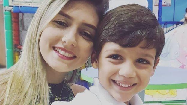 Tamiris e o filho de cinco anos; ela vai doar os dentes do filho para a mesma universidade onde doou os seus dentes quando criança (Foto: ARQUIVO PESSOAL)
