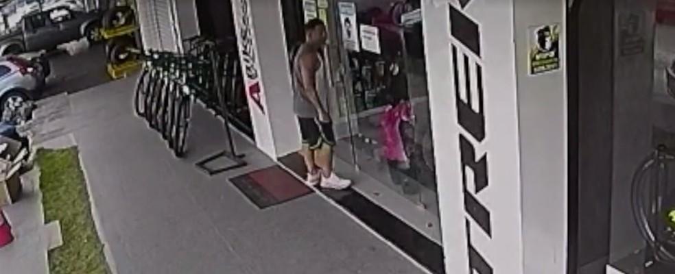 cliente Homem se passa por cliente e rouba bicicleta de loja em Natal; veja vídeo