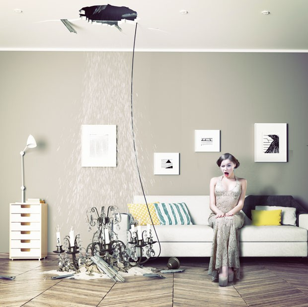 broken ceiling in the room and woman inside. Photo combination and CG elements  concept (Foto: Getty Images/iStockphoto)
