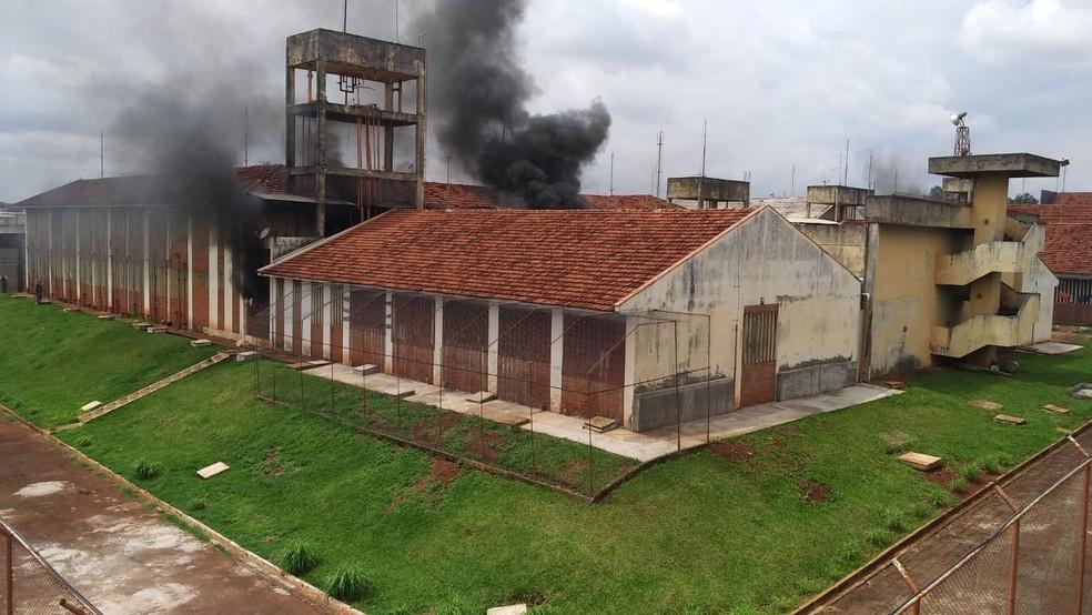 Fumaça sai de galerias da Penitenciária Estadual de Maringá (PEM), nesta quinta-feira (4) — Foto: PM-PR/Divulgação