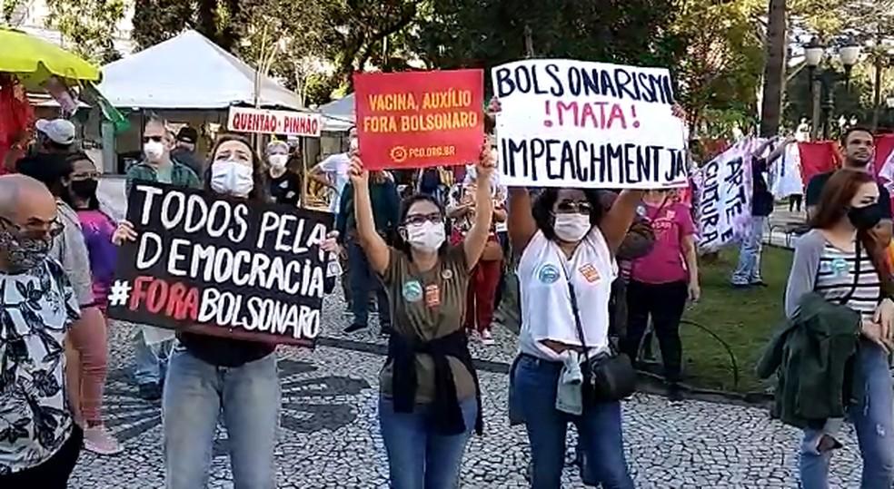 Em Curitiba, o protesto ocorreu durante a tarde e foi convocado por partidos de oposição ao governo, sindicatos e movimentos sociais — Foto: Rafael Trindade/RPC