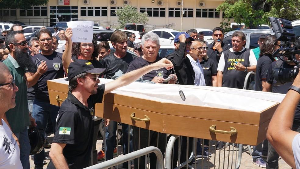 Policiais civis fazem protesto com caixão no Rio Grande do Norte — Foto: Thyago Macedo