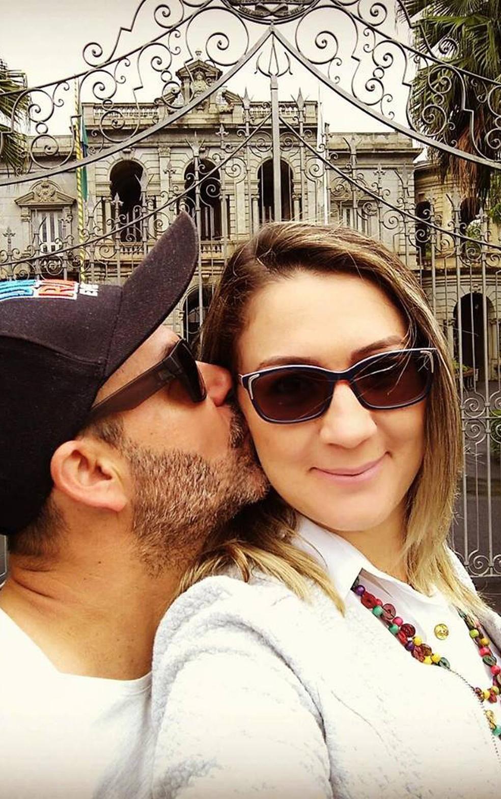 Casal Lucélia Ganda e Christian Quiles trocam carícia em frente ao Palácio da Liberdade, em Belo Horizonte (Foto: Lucélia Ganda/Arquivo Pessoal)