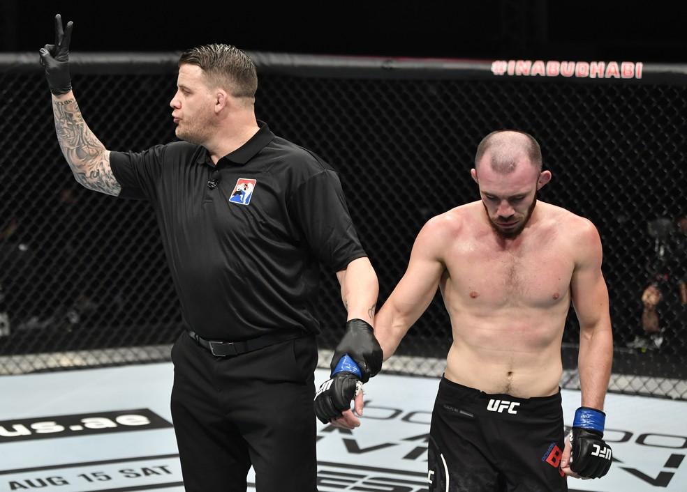 Roman Bogatov perdeu dois pontos após acertar o quarto golpe ilegal em Leo Santos no UFC 251 — Foto: Jeff Bottari\Getty Images