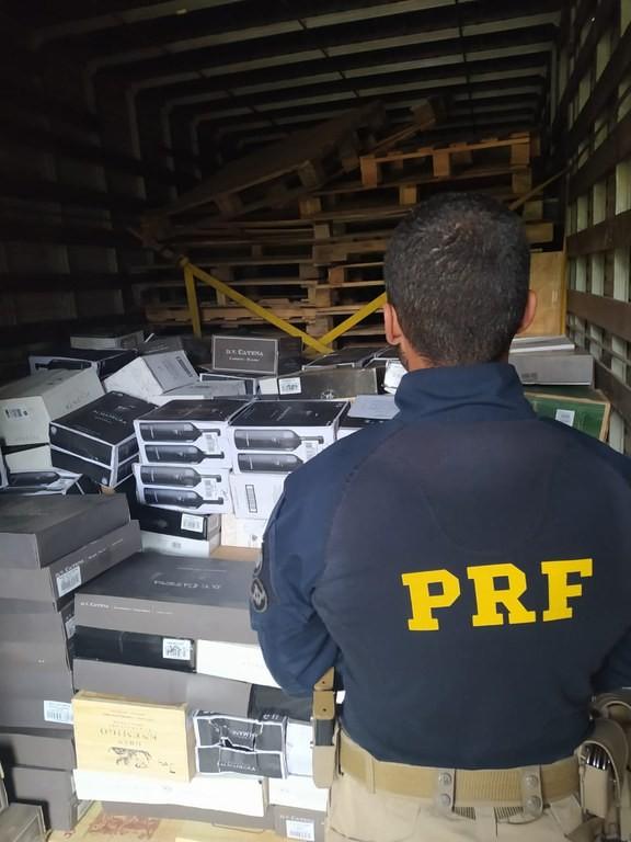 PRF apreende mais de 400 caixas de vinhos sem nota fiscal em rodovia no interior de SP