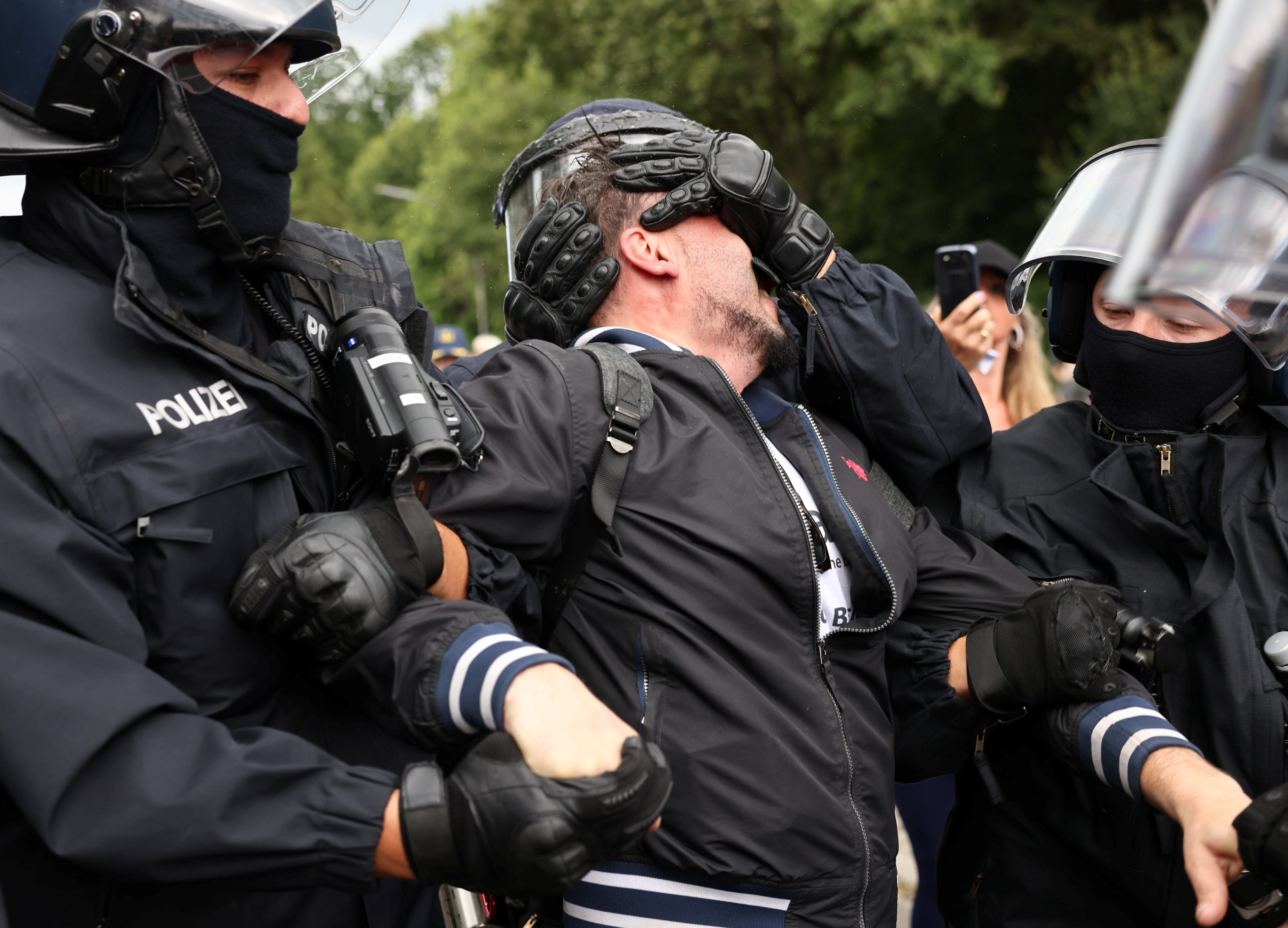 Em Berlim, manifestantes contrários a restrições para prevenir a Covid e a polícia entram em confronto