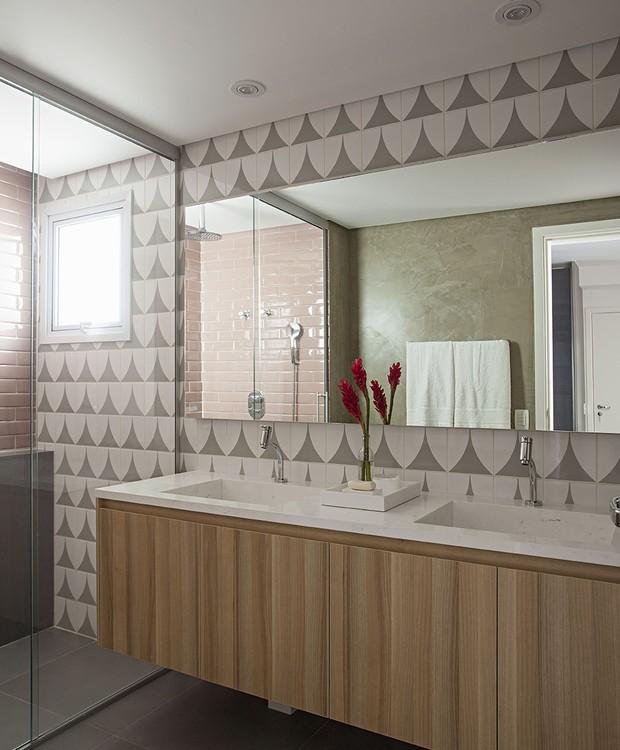 Azulejos decorativos (Lurca Azulejos) trazem mais graça ao banheiro e forma belo par com o tom de rosa de dentro do boxe (Foto: Gui Morelli/Divulgação Produção: Núria Uliana)
