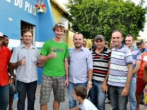 Após o susto, Andreas Egger posou para fotos com os populares  (Foto: Danilo Bezerra)
