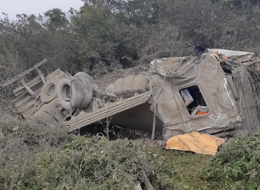 Caminhão com carga de cimento saiu da pista, capotou e matou motorista. — Foto: Polícia Rodoviária Federal