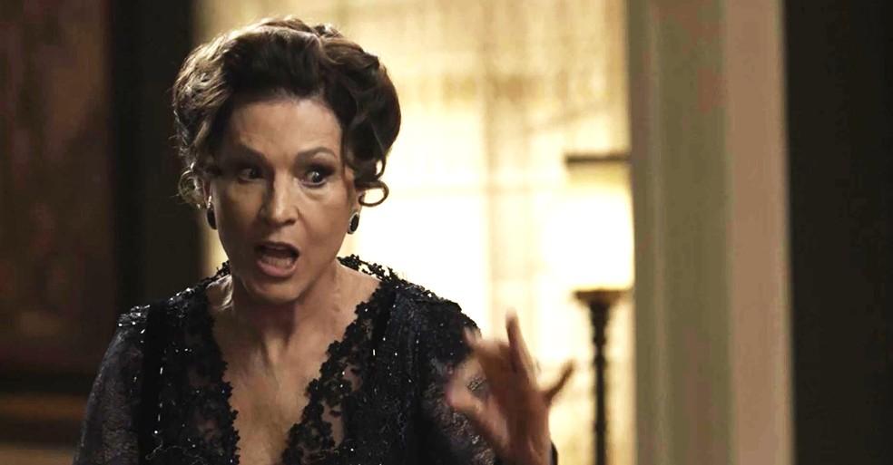 Lady Margareth trata a filha mal e só pensa no dinheiro dos Williamson (Foto: TV Globo)