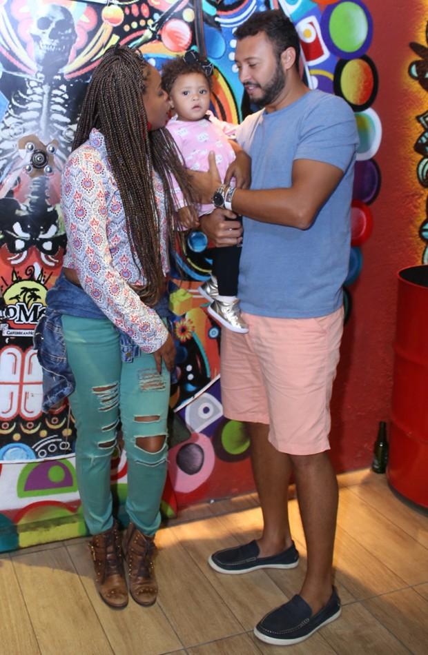 Roberta Rodrigues com o marido, Guilherme, e a filha, Linda Flor (Foto: Anderson Borde/AgNews)