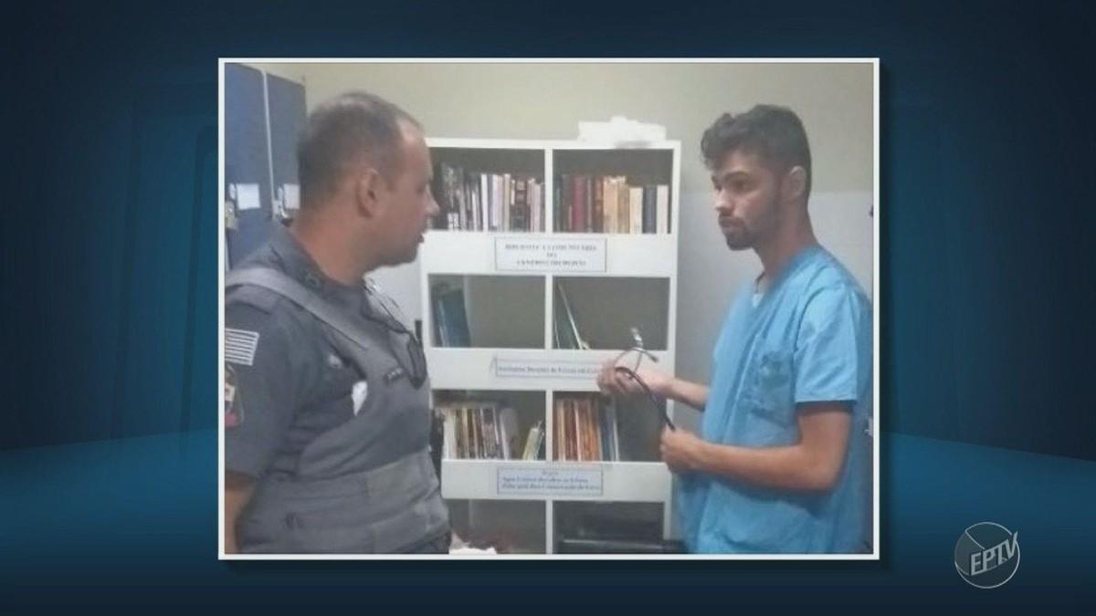 Foto mostra falso médico com jaleco do centro cirúrgico e estetoscópio no vestiário do HC da Unicamp