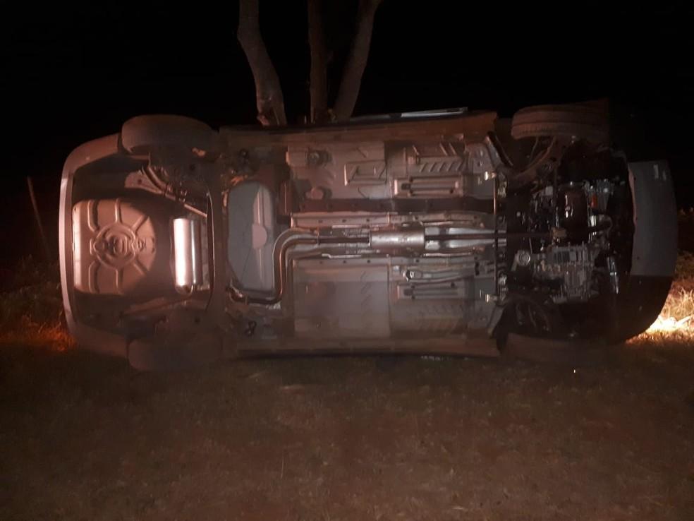 O automóvel estava capotado e Lucas ainda estava dentro dele, preso ao carro (Foto: Polícia Militar de MT)