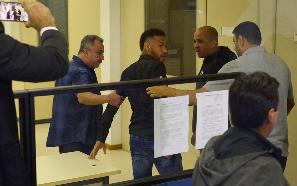 Neymar foi a delegacia no Rio nesta quinta (5) para depor sobre a divulgação de fotos íntimas da mulher que o acusa de estupro â?? Foto: Lucas Landau/Reuters