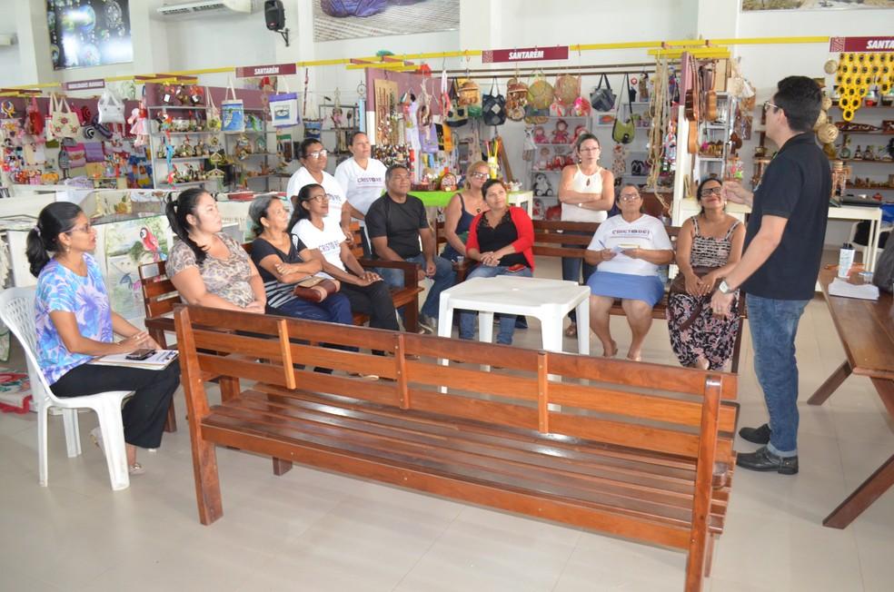 -  Artesãos durante bate papo sobre atendimento, na abertura da Semana do Artesão em Santarém  Foto: Adonias Silva/G1
