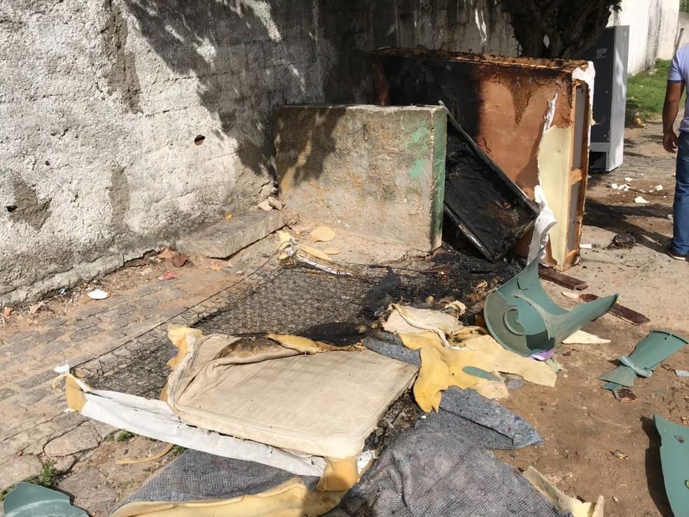 As camas e os colchões ainda foram incendiados (Foto: Kleber Teixeira/Inter TV Cabugi)