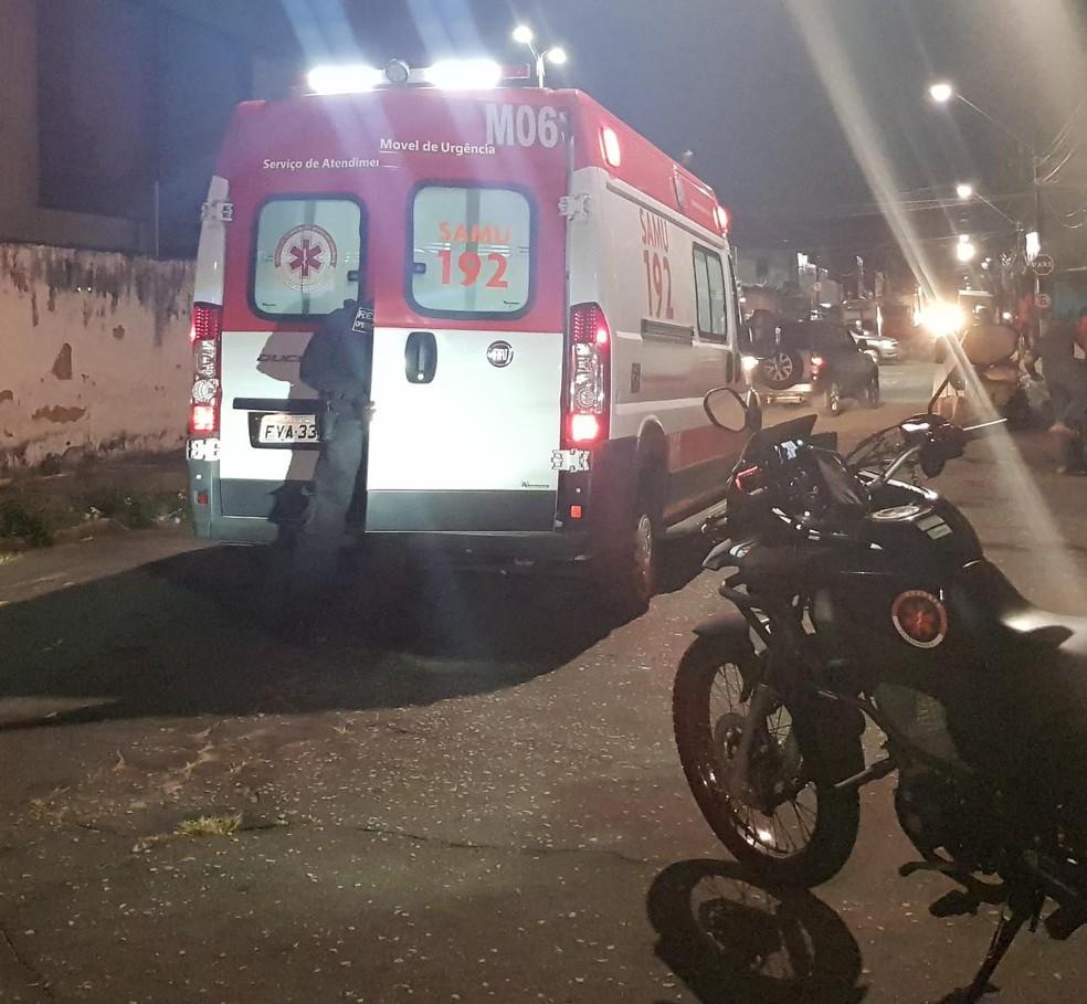 O disparo acertou o tórax do suspeito, que foi socorrido por uma ambulância do Samu — Foto: Rafaela Duarte/ Sistema Verdes Mares