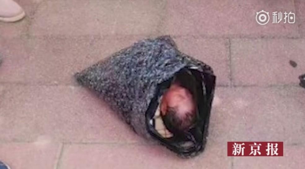 Imagem de bebê em saco plástico causou comoção (Foto: Reprodução/Miaopai)