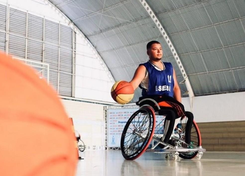 Carlos André também é jogador de basquete em cadeira de rodas — Foto: Reprodução/Instagram