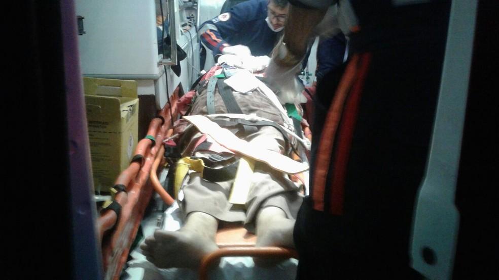 Padre foi atacado por homem com facão na porta de casa na BA (Foto: Aldo Matos/Acorda Cidade)