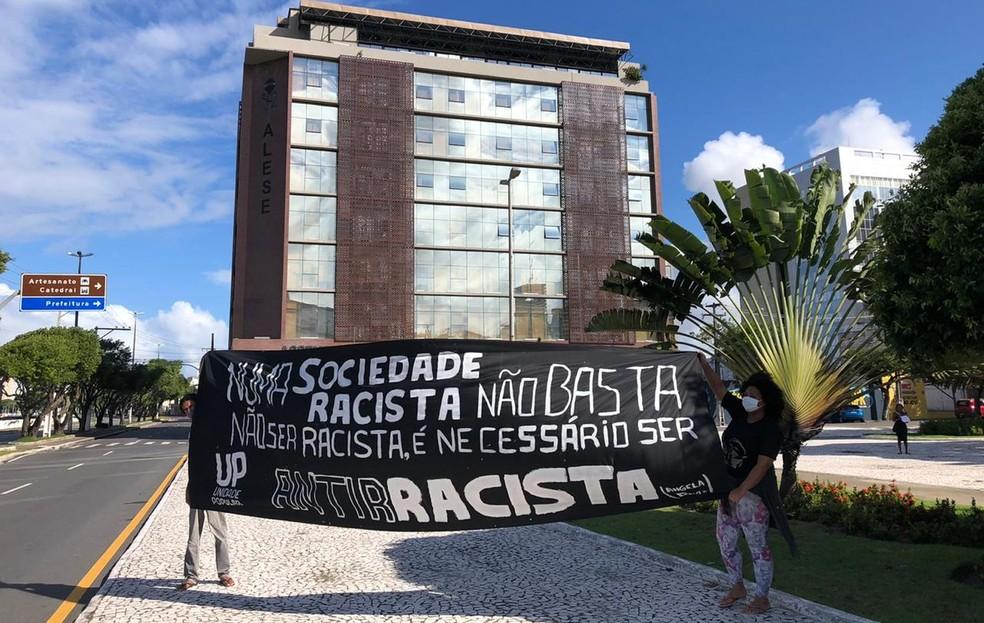 Bandeira contra o racismo em frente ao prédio da Assembleia Legislativa de Sergipe  — Foto: Paulo Henrique/TV Sergipe