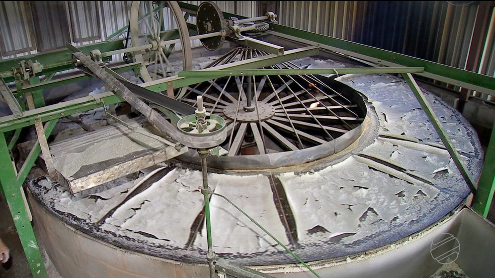 Agroindústria de farinha que funciona dentro do assentamento — Foto: TVCA/Reprodução
