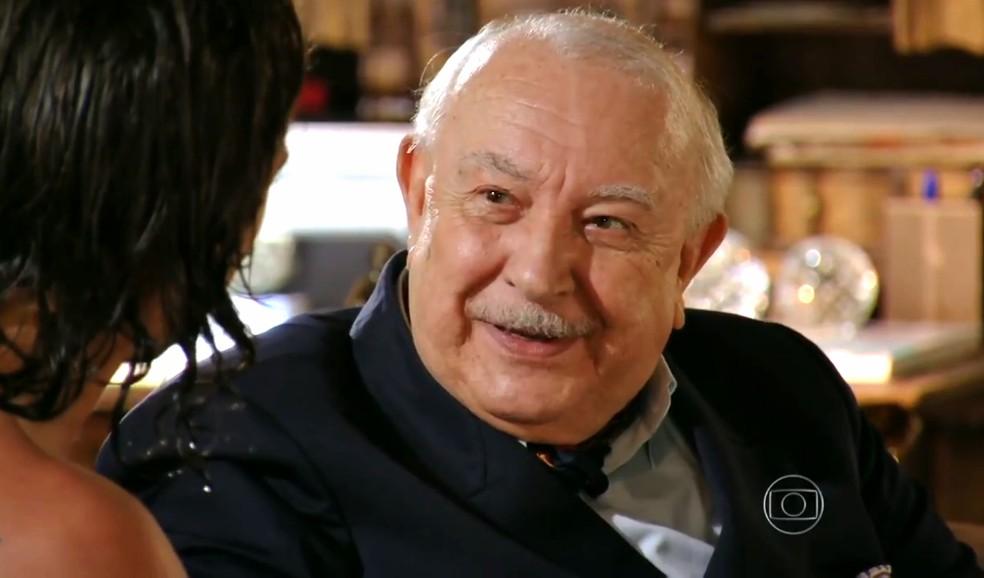 Dionísio Albuquerque (Sérgio Mamberti) deseja que Alberto (Igor Rickli) assuma os negócios da família, em 'Flor do Caribe' — Foto: Globo
