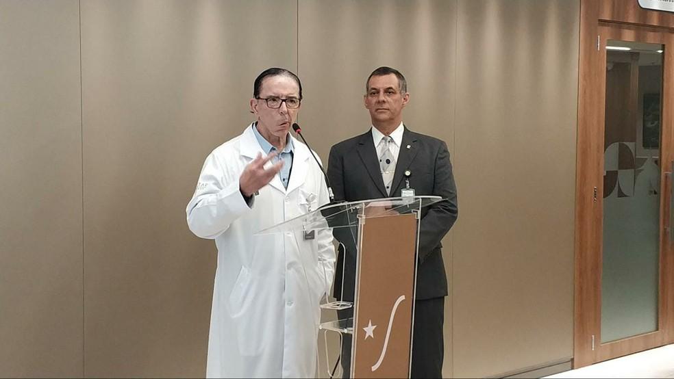 O médico de Jair Bolsonaro, Antônio Macedo, e o porta-voz da Presidência, Otávio Rêgo Barros, deram entrevista coletiva após exames do presidente — Foto: Guilherme Mazui/G1