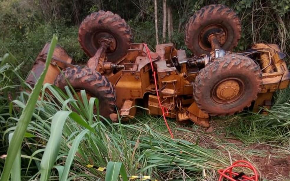 Máquina agrícola ficou capotada às margens da GO-030 , em Uruana, Goiás (Foto: Corpo de Bombeiros/Divulgação)