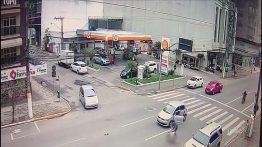 Motorista que atropelou mulher na faixa de pedestres em SC está com a habilitação vencida