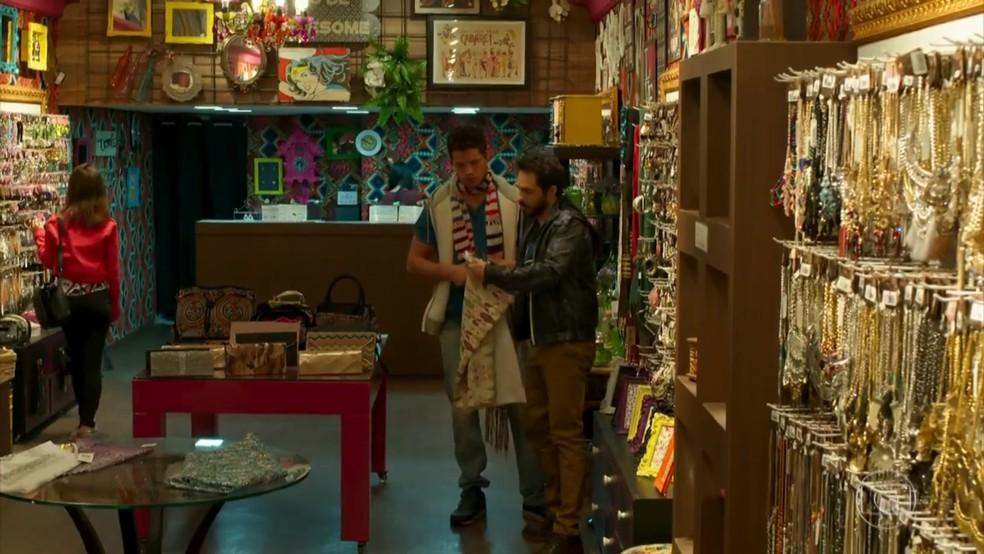 Adônis (José Loreto) e Renan (Conrado Caputo) escolhem presente para Shirlei (Sabrina Petraglia) - 'Haja Coração' — Foto: Globo