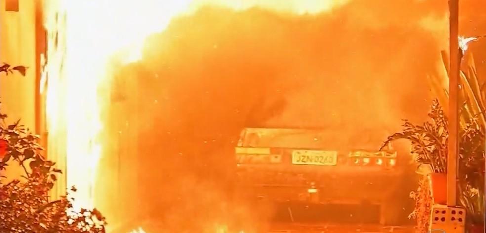 Carro que estava na garagem ficou destruído — Foto: TVCA/ Reprodução